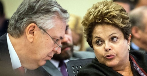 presidente-dilma-conversa-com-o-chanceler-luiz-alberto-figueiredo-durante-encontro-de-lideres-da-unasul-1377908886016_956x500