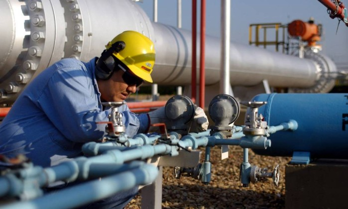 Trabalhador boliviano checa dutos que trazem gás natural ao Brasil - Diego Giudice / Bloomberg Leia mais sobre esse assunto em http://oglobo.globo.com/economia/petroleo-e-energia/bolivia-quer-iniciar-negociacoes-com-brasil-sobre-importacao-de-gas-ainda-este-ano-16538627#ixzz3eSBOOAaN  © 1996 - 2015. Todos direitos reservados a Infoglobo Comunicação e Participações S.A. Este material não pode ser publicado, transmitido por broadcast, reescrito ou redistribuído sem autorização.