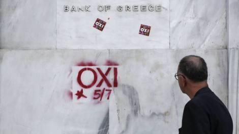size_810_16_9_Grafite_e_adesivos_do_Oxi_não_colados_na_sede_do_Banco_da_Grécia_em_Atenas